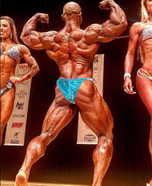 怎么样,是不是觉得这些健美运动员的身材,要比肌肉大猩猩还要威猛呢?