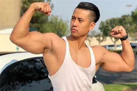 1米8的健身男,如同身披肌肉铠甲,浑身肌肉都像刀刻般