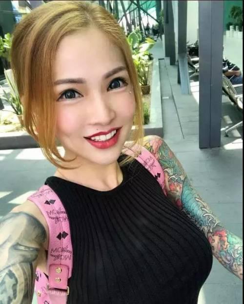 在纹身界,女纹身师一直是一道靓丽而耀眼的光芒图片