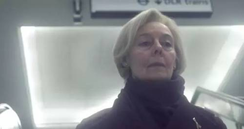 这个着装精致优雅的白发老太太