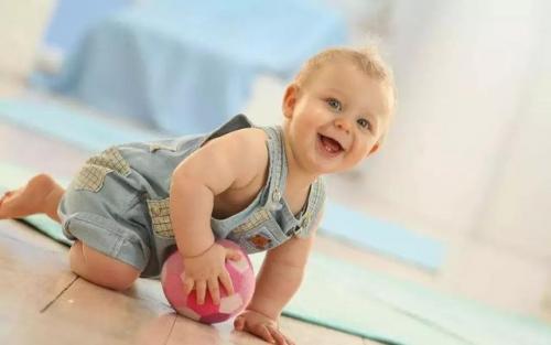 如果是小宝宝多让翻身,爬一爬,趴着,宝宝躺着的时候,也可以在他的上方