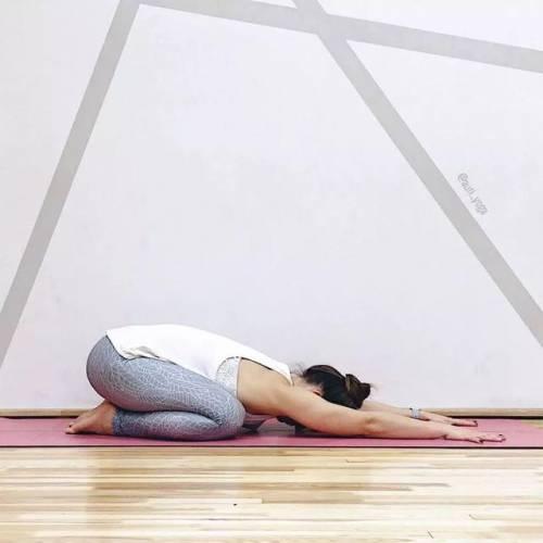 健康头条  减肥  大拜式 step1:双腿的膝盖弯曲,小腿依旧要跪在瑜伽垫图片