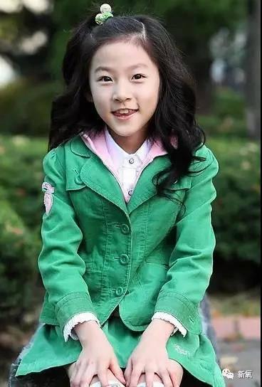 小时候的金赛纶长相蛮清秀的,外形靓丽可爱,甜美的笑容中透露着小女孩