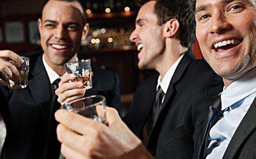 你能喝半公斤白酒和五瓶啤酒吗?当你喝半瓶啤酒和白酒时,为什么你会喝醉?