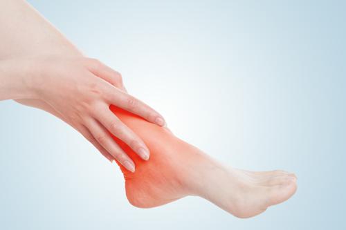 当一个女人的身体老化时,她的脚首先知道这三个异常信