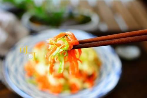 如果你在五月不努力工作,在六月感到悲伤,一碗糖醋卷心菜沙拉会帮助你减少脂肪和体重。