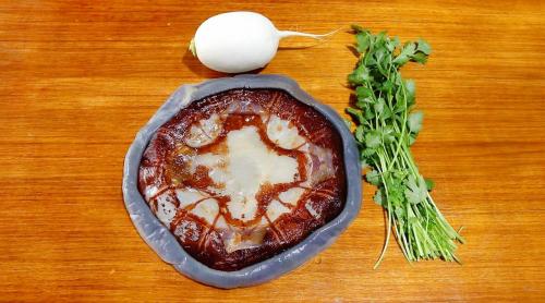 像这样又冷又热的水母很好吃。萝卜味道更好。新年期间给你的家人带一个盘子。
