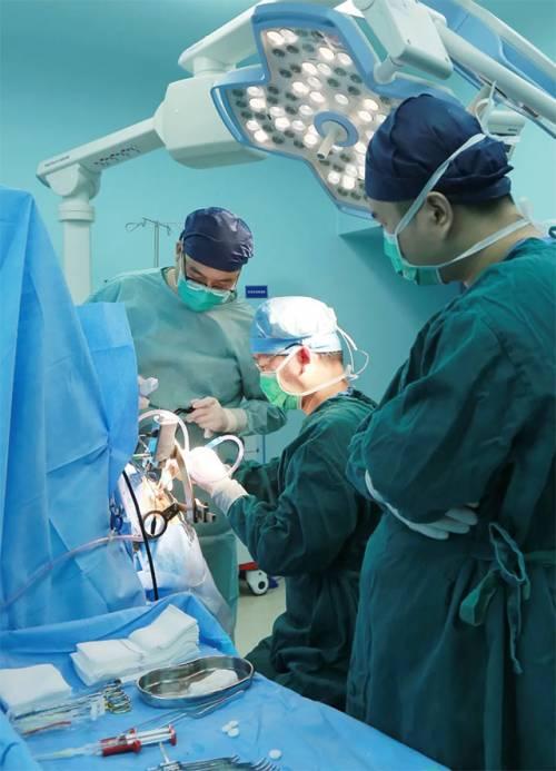 刘伟钦主任进行DBS手术
