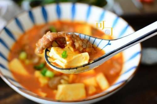 初夏最好的肥牛肉汤是微辣可口的。这种美味的饭菜热
