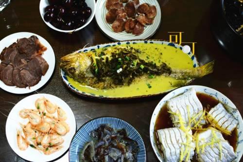 一家五口吃的十道菜,以海鲜为主,紫米八宝饭最受欢迎