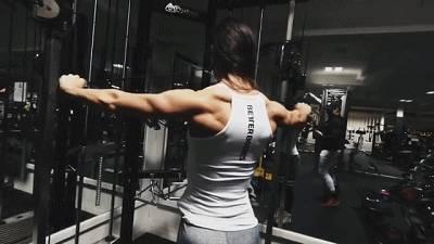 结识爱健身的男友,经常相约在健身房,如今自己却也成为健身达人